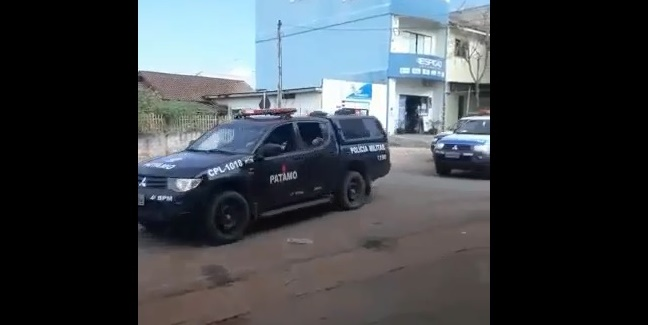 CONFLITO:  Comboio da PM se desloca ao local de ataque ao caminhão do Ibama