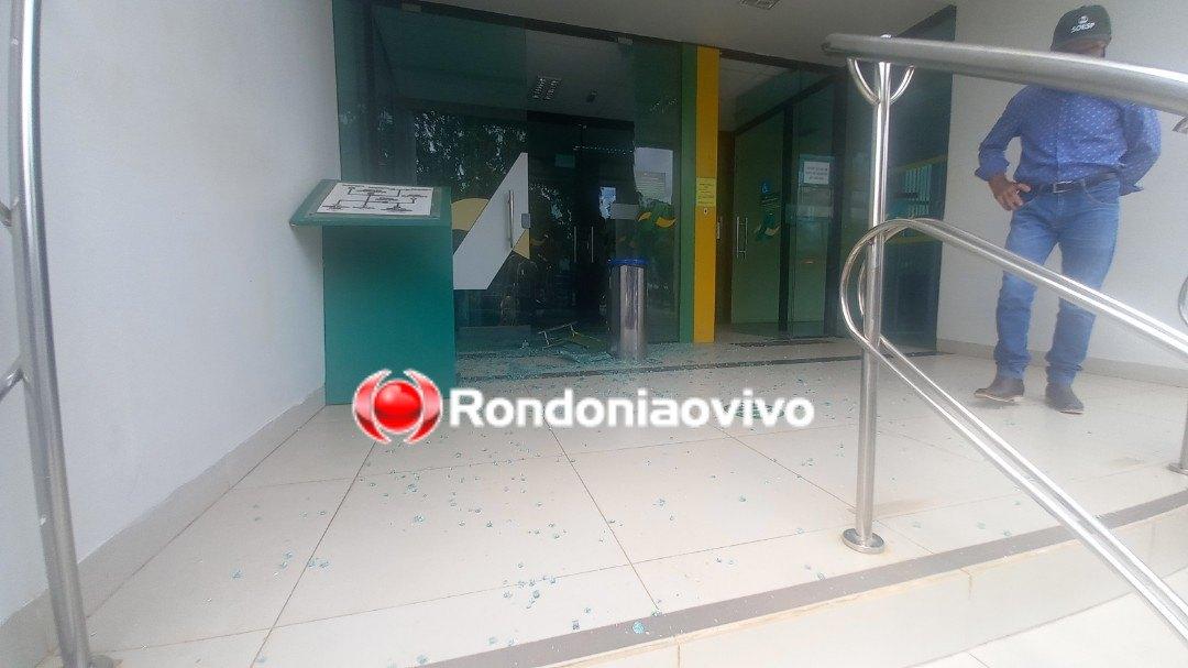 ROUBO: Caminhonete Toro é crivada de balas durante tiroteio na frente de banco