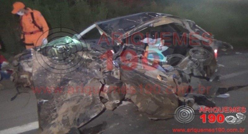GRAVE: Automóvel com bebê e casal se choca com caminhão na BR-364