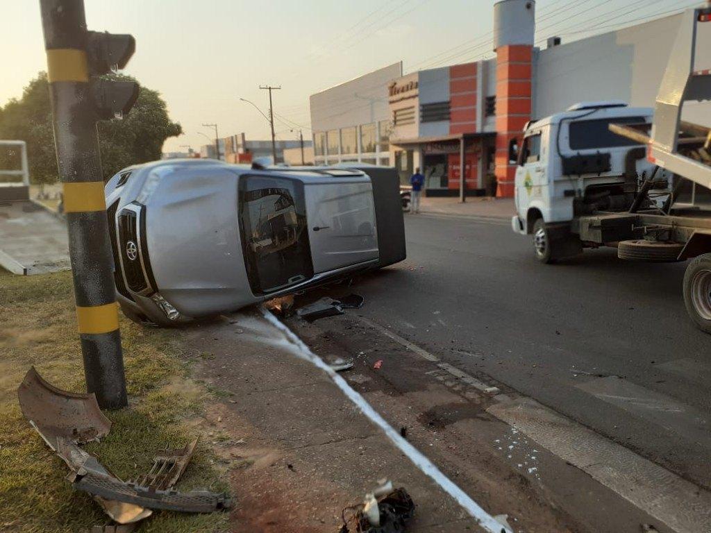 ROLIM DE MOURA: Caminhonete tomba após colidir com carro de passeio em avenida
