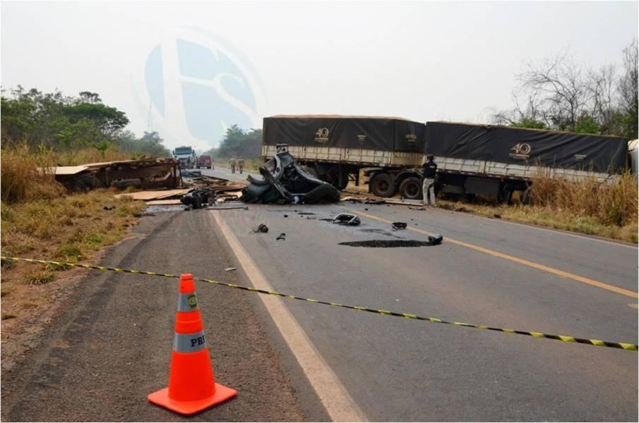 BR-364: Motorista morre após colisão entre caminhões e rodovia fica interditada