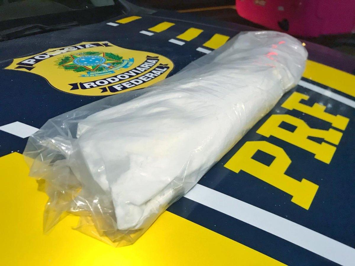 AVALIADA EM R$ 40 MIL: Mulher é presa em ônibus após roubar droga de traficantes