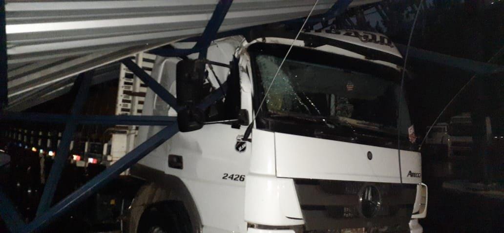 TEMPESTADE: Forte ventania derruba cobertura da PRF em cima de carreta