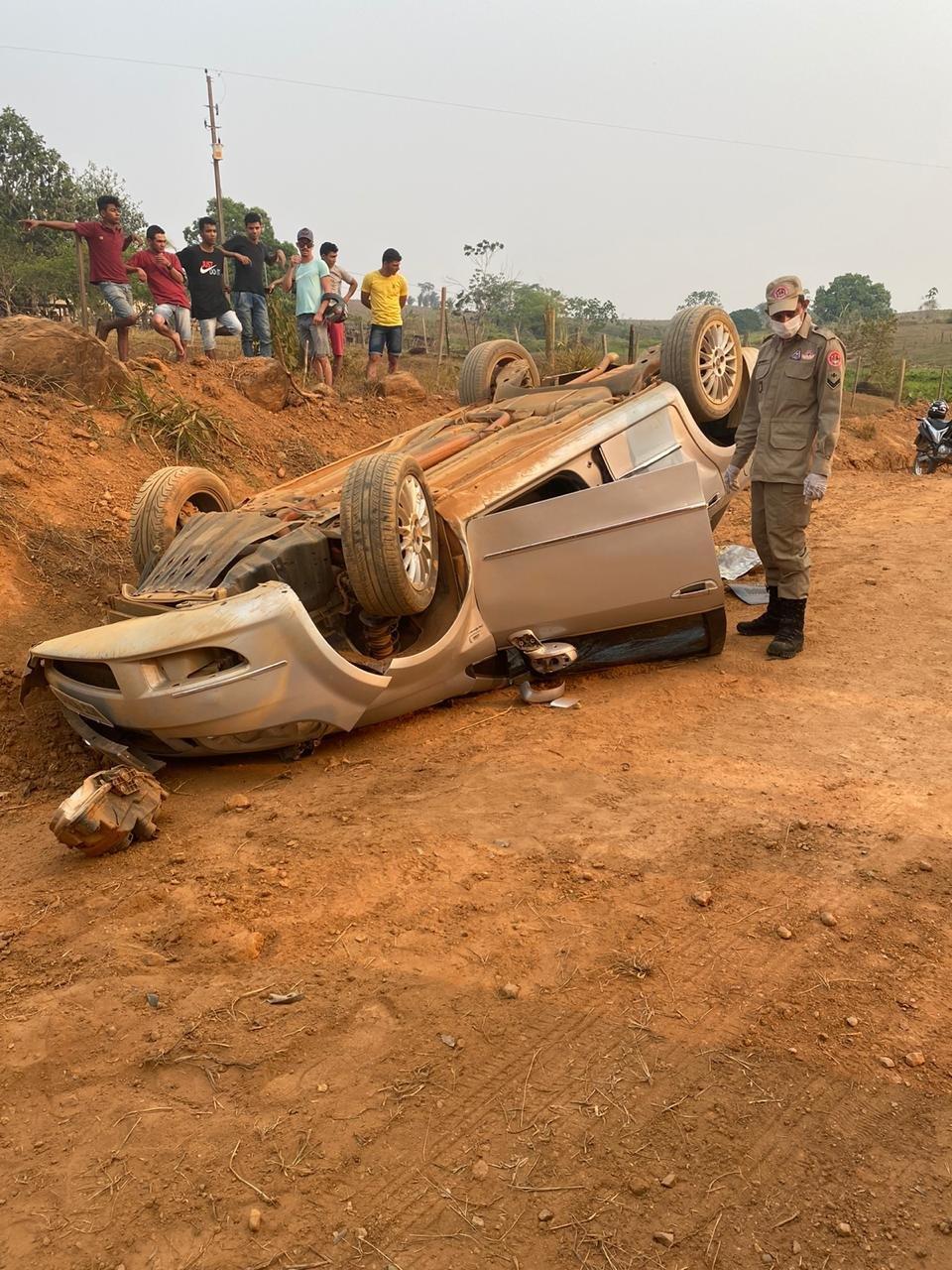 LINHA 627: Capotamento de veículo deixa uma das vítimas presa às ferragens