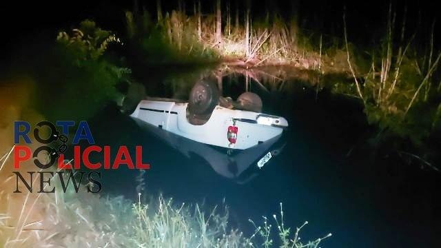 SUSTO: Motorista cai em rio após perder controle de caminhonete e é salvo por mototaxista