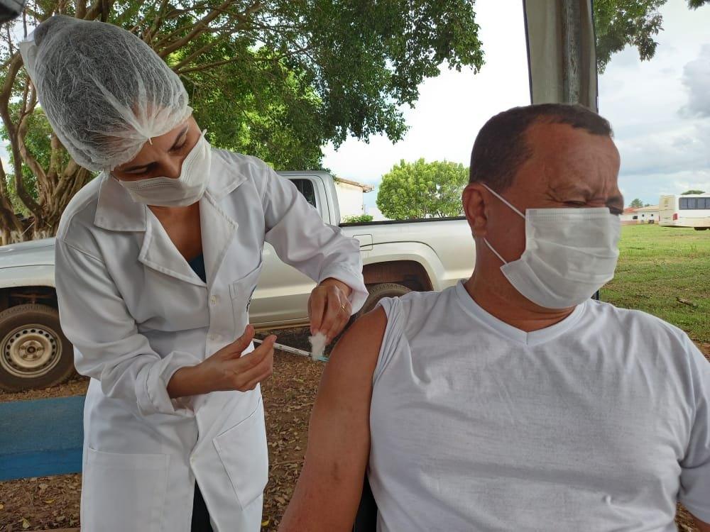 IMUNIZAÇÃO: Enfermeira é a primeira a ser vacinada contra Covid-19 em Rolim de Moura