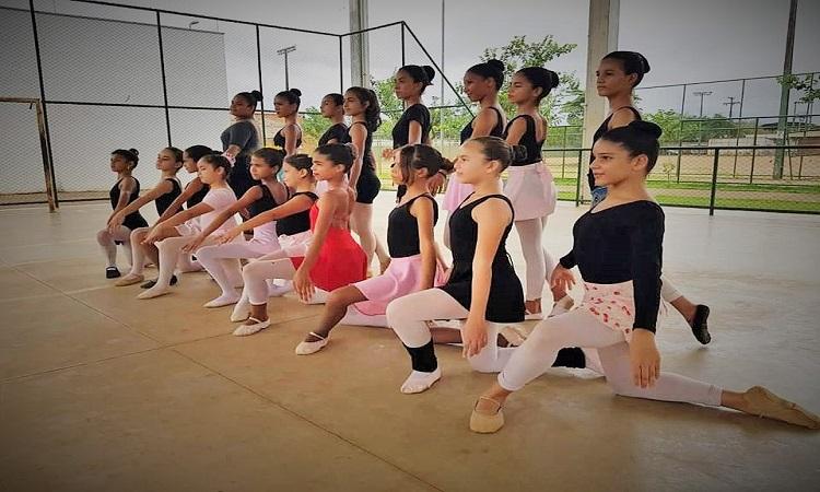 6bd6513135 O primeiro ato do espetáculo é constituído por ballet clássico  teatralizado. São 110 bailarinas